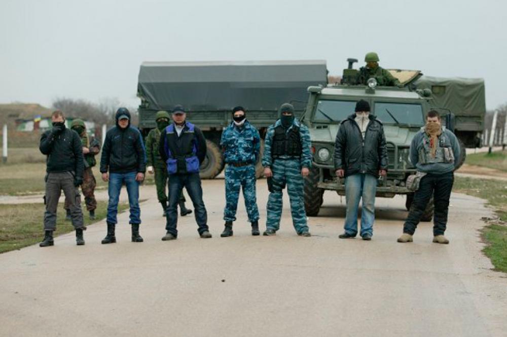 Люди, блокирующие украинских военнослужащих в Бельбеке
