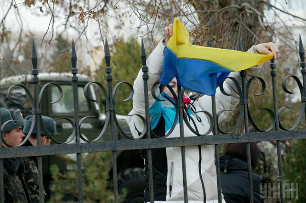 Крымчане приходят к военному городку в Бельбеке с флагом Украины в руках