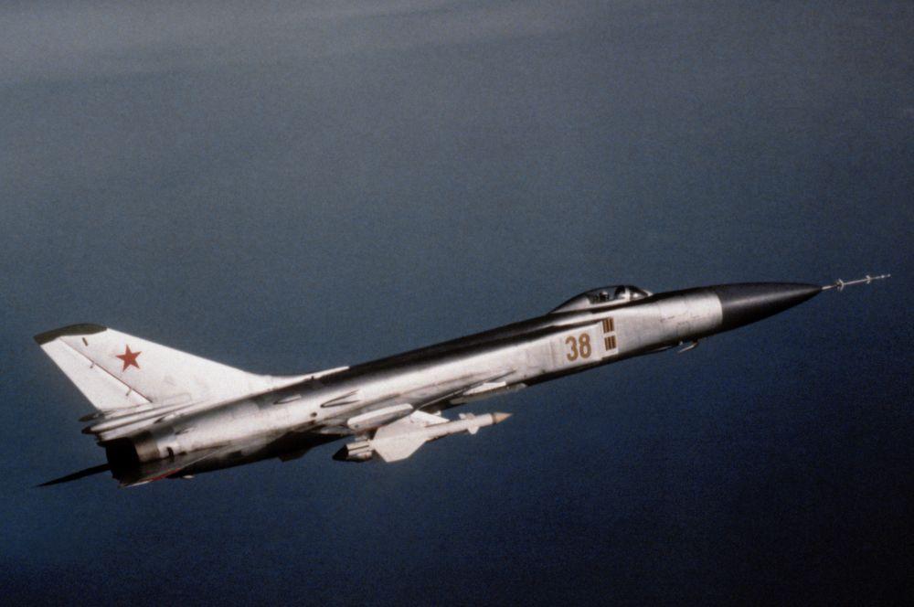 В начале 60-х годов ОКБ Сухого разработало истребитель-перехватчик Су-15, серийное производство которого было запущено в 1966-м. Долгое время именно Су-15 составляли основу противовоздушной обороны СССР и находились на вооружении вплоть до 1991 года.