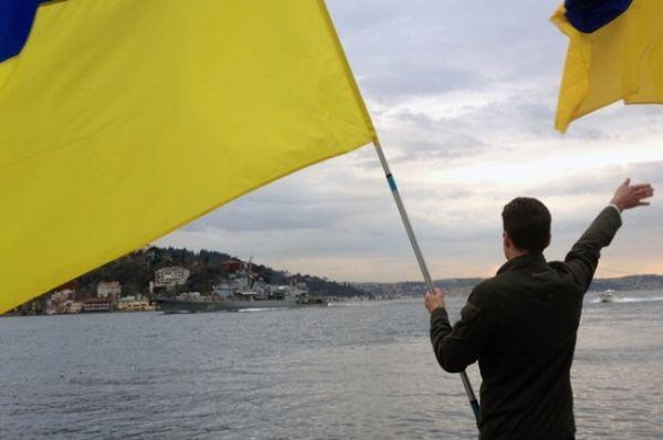 Фрегат приветствовали представители украинской и татарской общин с национальными флагами