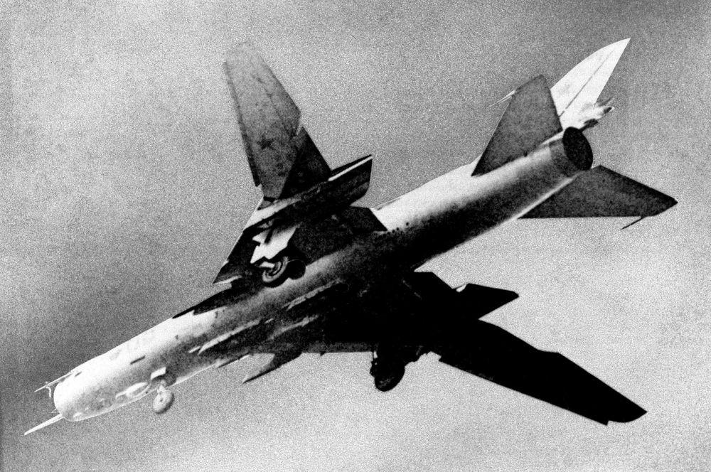 В 1966 году свой первый полёт совершил истребитель-бомбардировщик Су-17, первый советский самолёт с крылом изменяемой геомтрии. С 1970 года, когда Су-17 был пущен в серийное производство, было собрано 2867 экземпляров. Машина состояла на вооружении советской, сирийской, вьетнамской, польской и других армий.