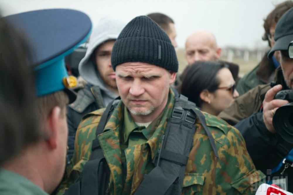 Украинский офицер и неизвестный человек в камуфляже ведут переговоры. Аэродром «Бельбек» (Севастополь)