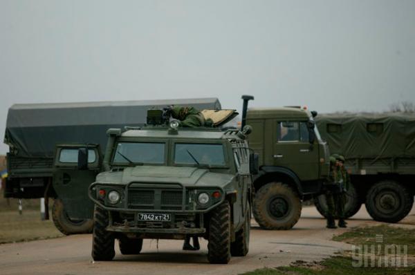 Люди в форме у военной техники с российскими номерами во время блокирования аэродрома «Бельбек»