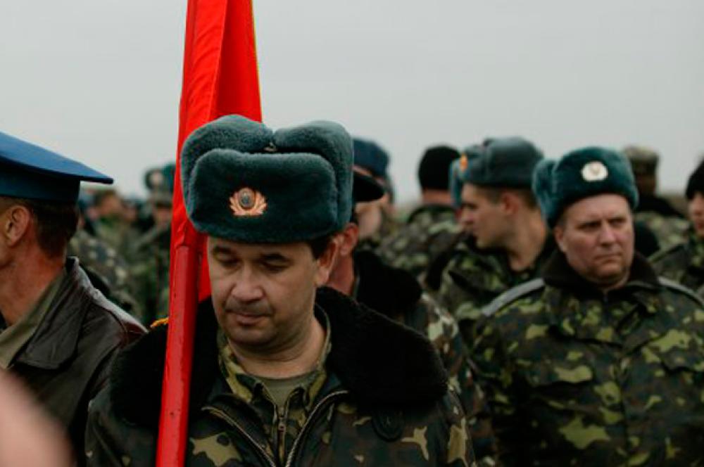 Офицеры и личный состав полка тактической авиации Вооруженных сил Украины пришли на переговоры в Бельбеке со своим знаменем