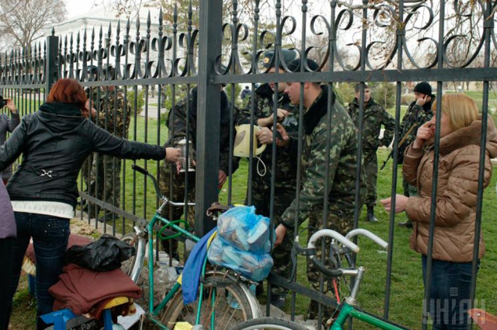 Жители Крыма помогают заблокированным солдатам Вооруженных сил Украины всем, чем могут