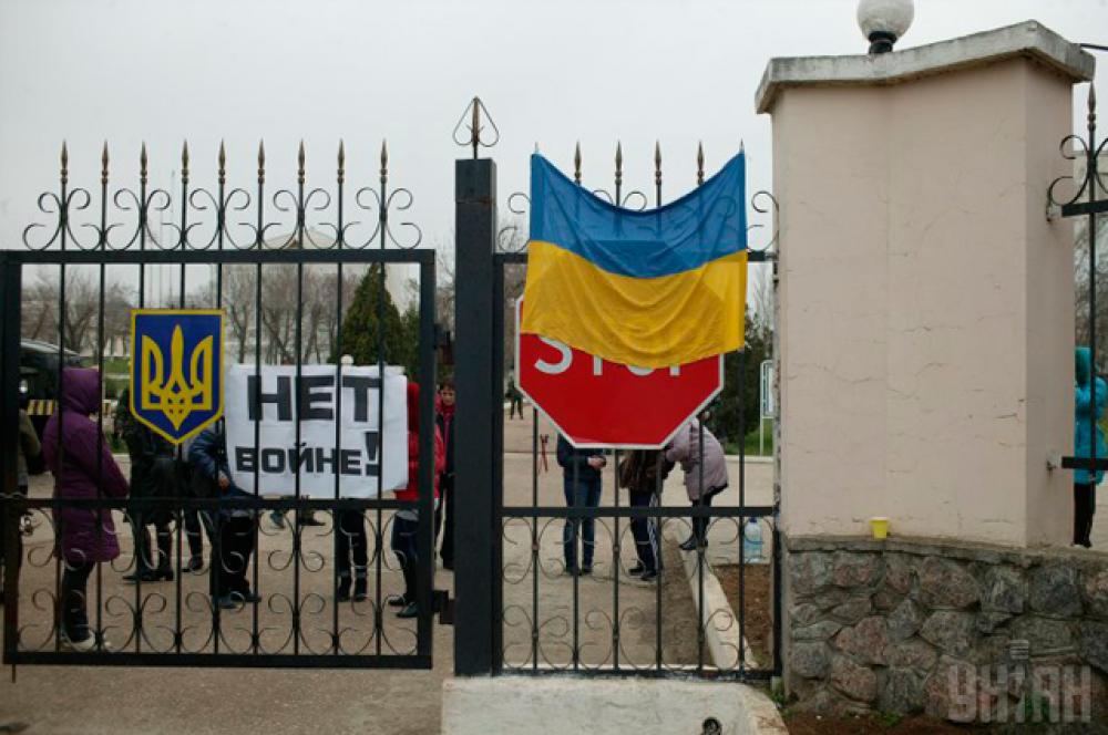 Флаг Украины на решетке военного городка на аэродроме «Бельбек»