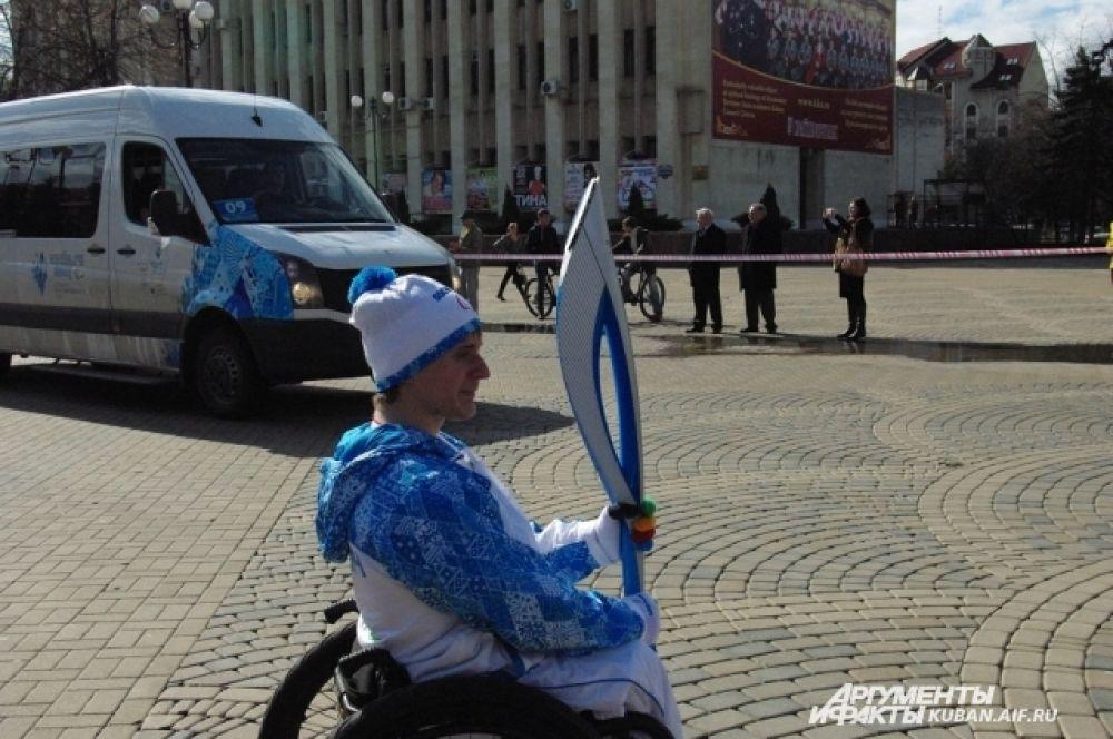 Чемпион Паралимпиады в Лондоне Владимир Кривуля готовится принять факел.