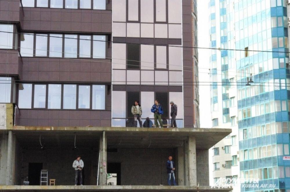 Лучшие места у рабочих строящегося дома: за Эстафетой они наблюдают сверху.