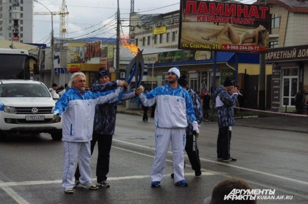 Михаил Ещенко передает факел возле главного входа в Президентское кадетское училище.