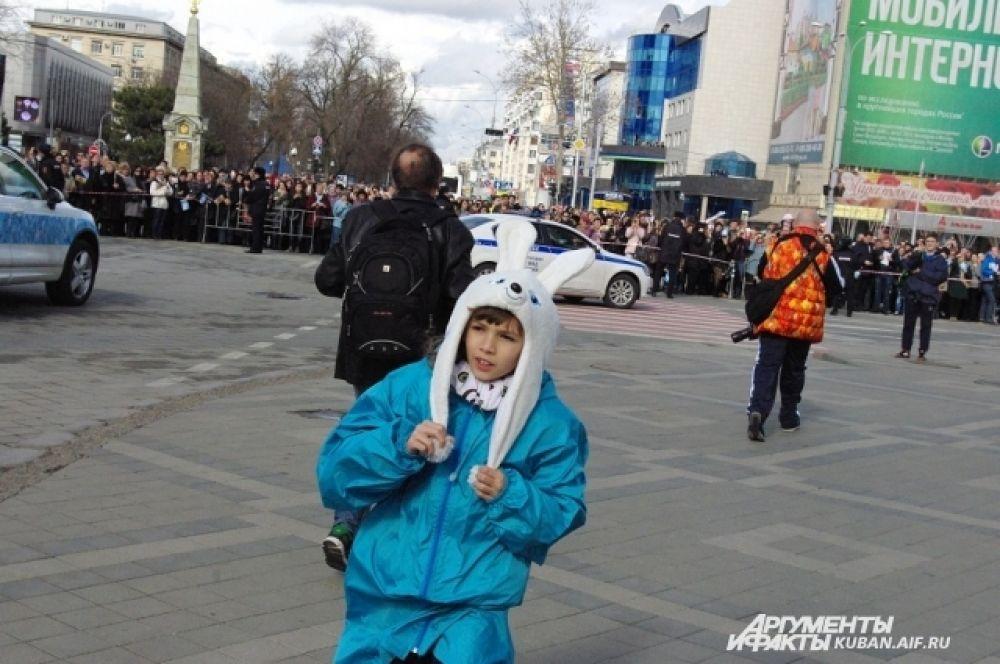 На Театральной площади концерт в честь Эстафеты начался в 14 часов.