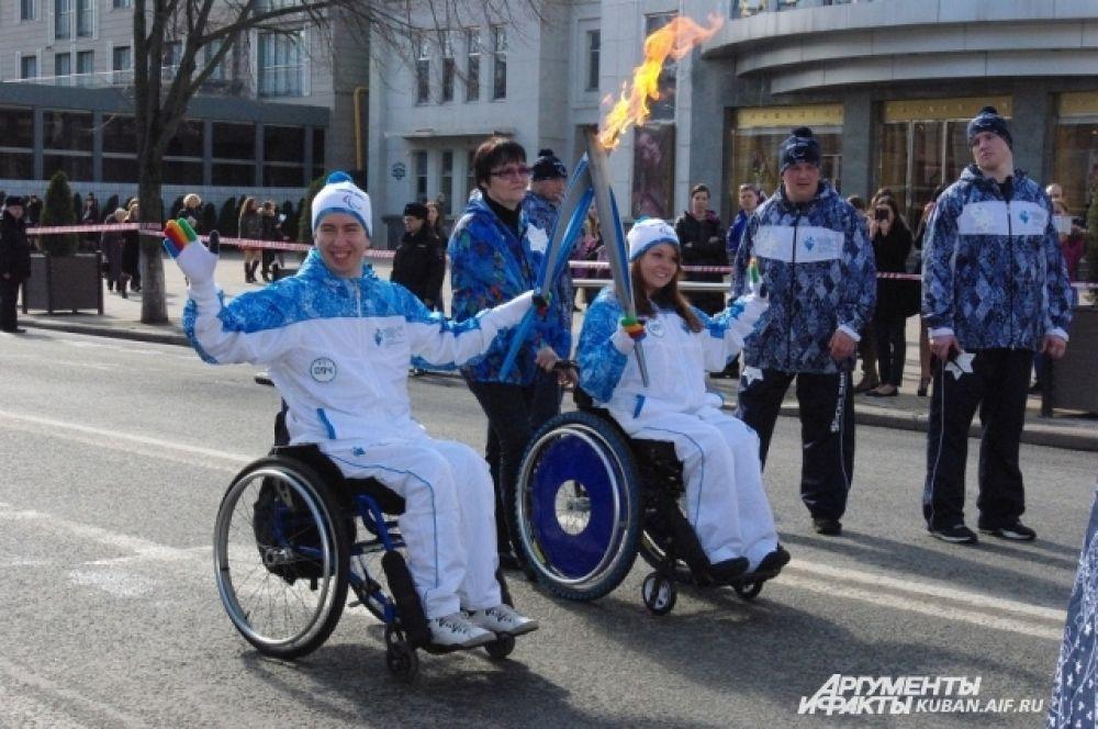 Екатерина Бибикова передает Паралимпийский огонь Ивану Вершигоре.
