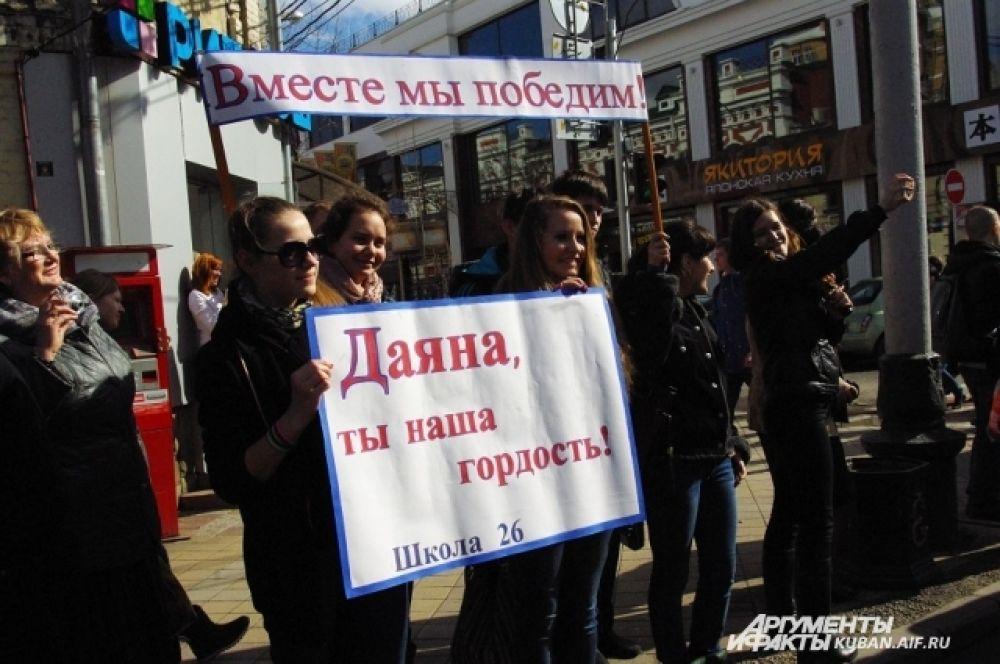 Школьницы пришли поддержать свою одноклассницу Даяну Братанову, которая стала факелоносцем.