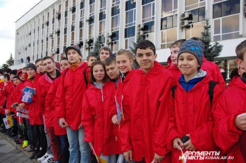 Последнего факелоносца Ларису Волик приветствовали ученики спортивных школ Краснодара.