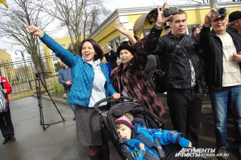 Михаила Ещенко приветствуют дочь с внуком.