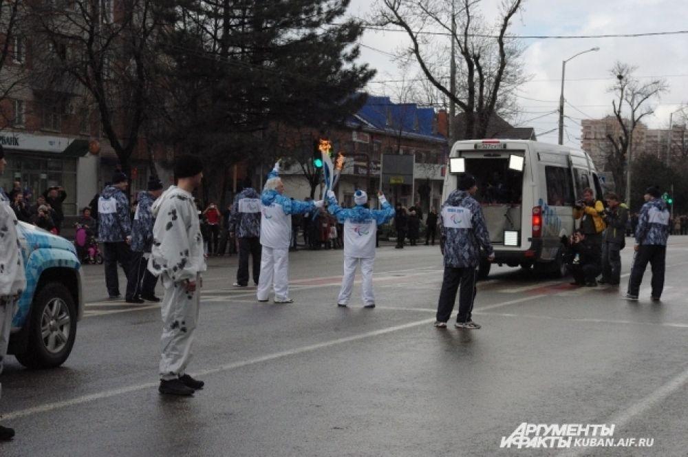 Сотрудники службы безопасности создают для факелоносцев защитный «карман».