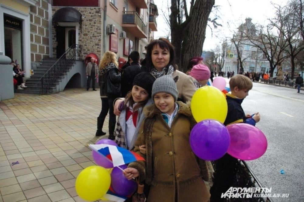 Ученики и педагоги краснодарской СОШ № 8 пришли поддержать факелоносца Владимира Кривулю, бывшего выпускника этого учебного заведения.