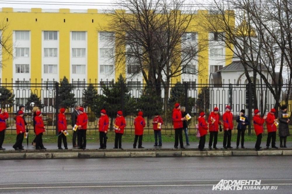 А сами кадеты выстроились вдоль дороги и ждут факелоносца.