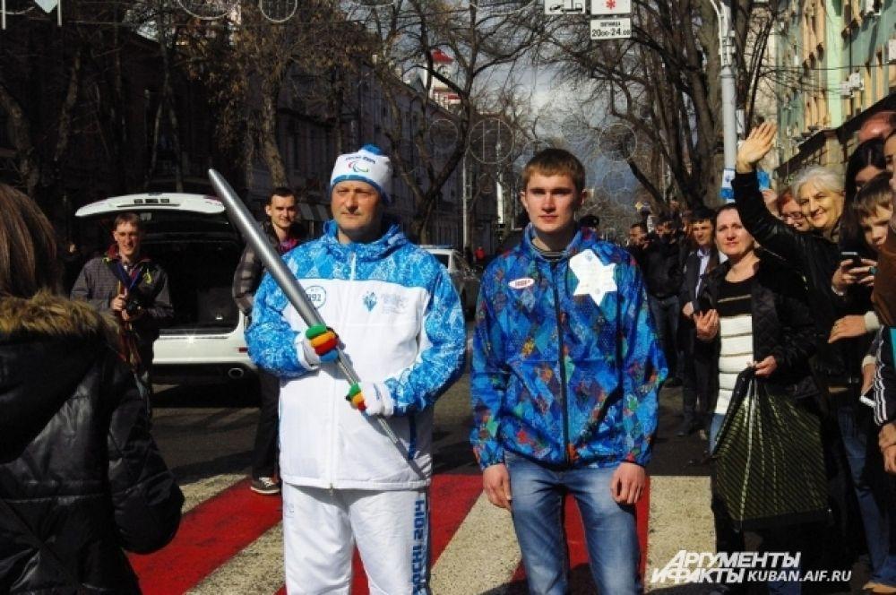 Факелоносец Олег Азаров со своим волонтером.