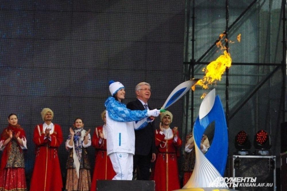 Чемпионка Паралимпиады в Лондоне Лариса Волик зажигает чашу Огня на Театральной площади.