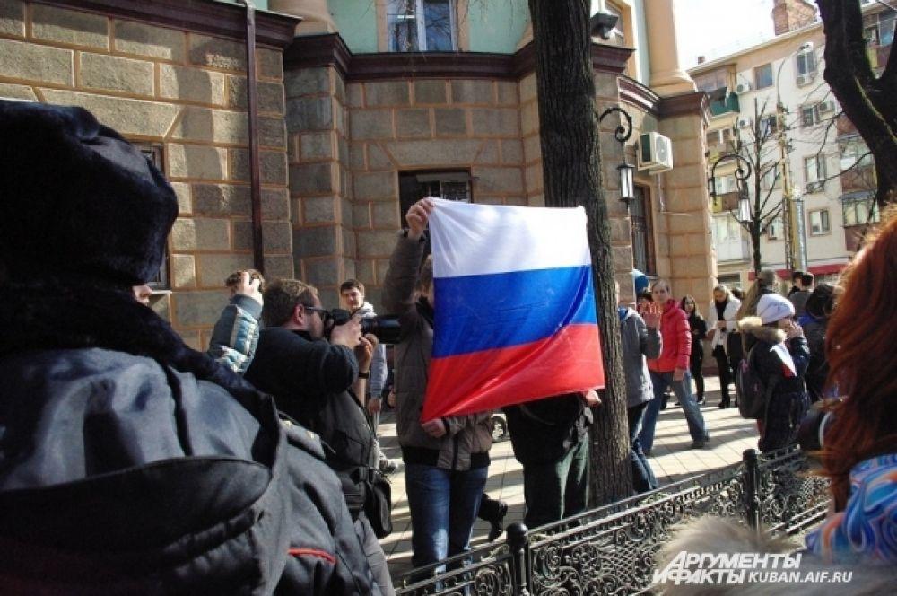 Кто-то даже принес огромное полотнище российского флага.
