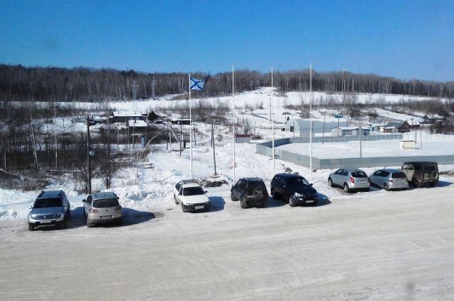 Андреевский флаг на автостоянке предприятия