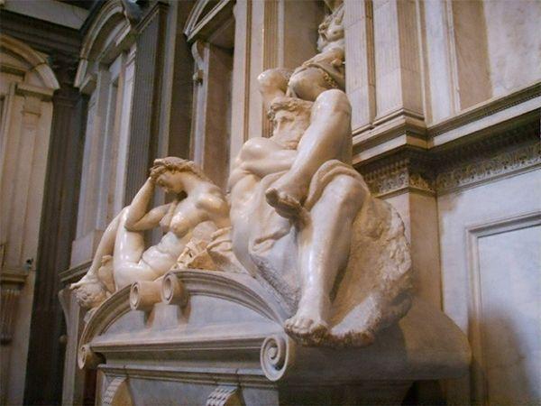 Над внутренним убранством капеллы Медичи Микеланджело работал около 15 лет, но так и не получил удовлетворения от конечного результата, хотя сейчас архитектурный ансамбль помещения считается одной из самых грандиозных работ художника.