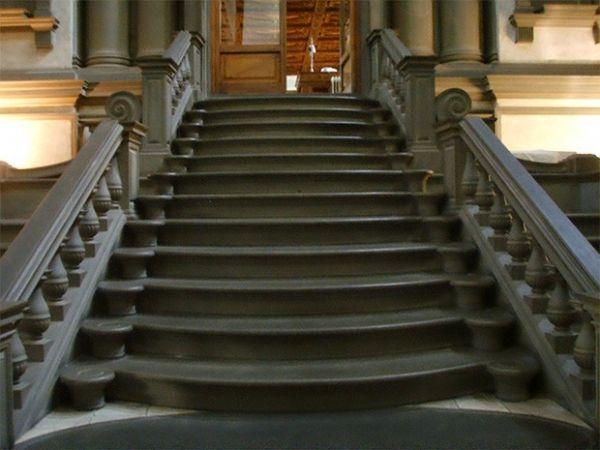 Знаменитая на весь мир государственная библиотека Италии, получившая своё название в честь Лоренцо I Медичи. Распоряжение о строительстве здания Микеланджело получил в 1524 году от Папы Римского.