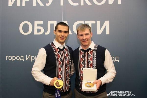 Александр Зубков и Алексей Негодайло с медлью в руках.