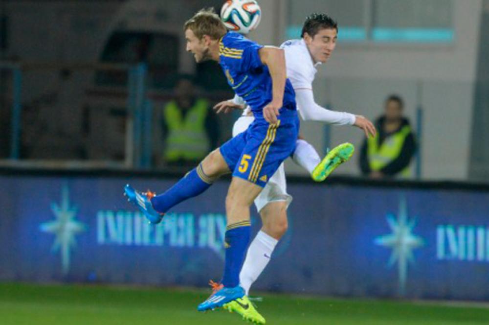 Борьба на кипрском футбольном поле за мяч иногда была напряженной