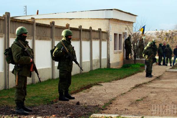 Неизвестные выстроились в ряд у забора 36-й отдельной бригады береговой охраны ВМС Украины