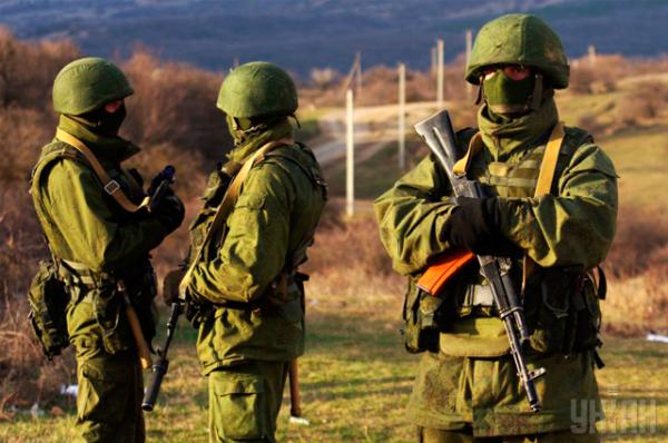 Многие СМИ утверждают, что экипировка неизвестных похожа на обмундирование российских военных