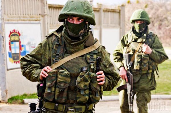 В рядах караульных, блокирующих воинскую часть, в основном молодые бойцы