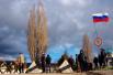 Вооруженные люди в масках подняли недалеко от военной части российский флаг