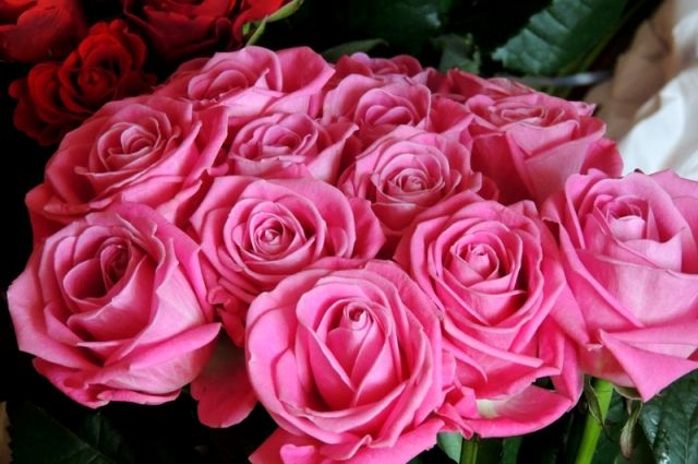 Цветы - подарок обязательный, но не главный.