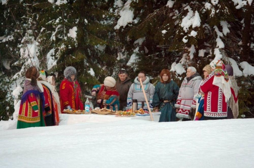 В завершение деятели культуры Югры, представители совета старейшин коренных народов Севера провели сам обряд «Тылащ пори». Посторонних не допустили к таинству.