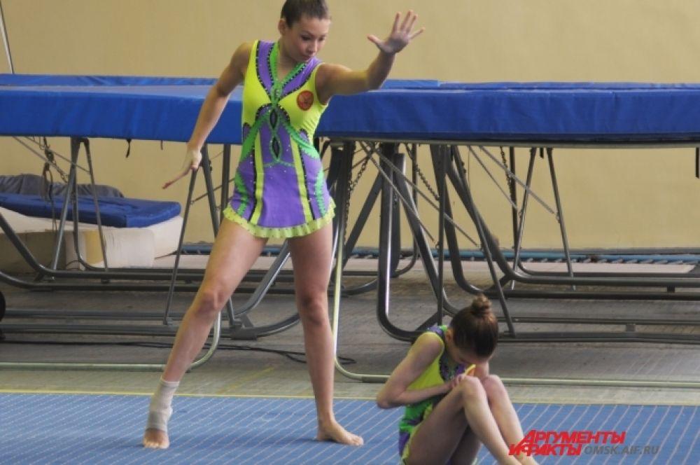 Омские акробаты готовятся к чемпионату России.