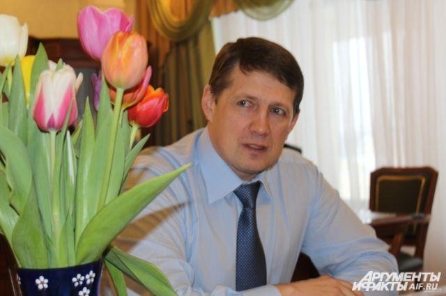 Евгений Авилов поздравляет тулячек с 8 марта.