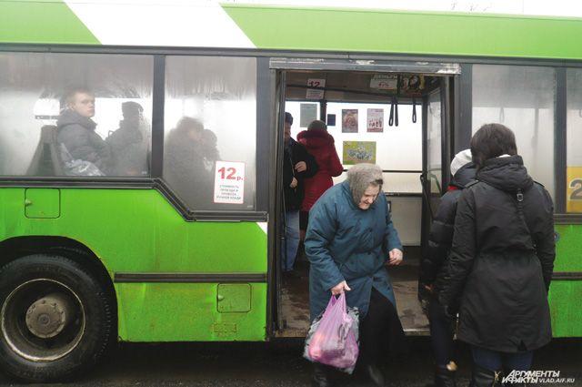 Пенсионерам нужно быть особенно осторожным при высадке-посадки в автобус.