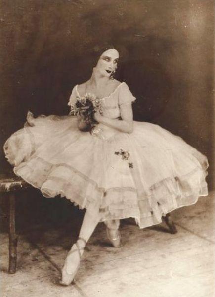 В XX веке произошёл резкий рост техниологий, что также повлияло и на восприятие красоты в обществе. С ростом популярности балета и развитием фотографии в моду вошли хрупкие и худые девушки с узкими бёдрами – именно такие балерины блистали в то время на сценах.