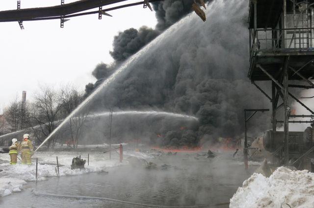 Пожар тушили 32 пожарные машины.