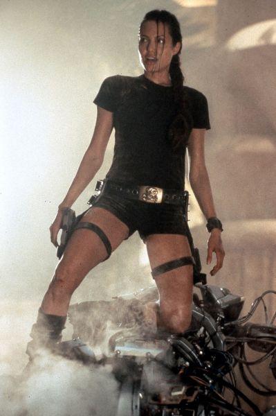В начале XXI века в моду снова вернулся образ женщины-супергероя. Это знамя после серии фильмов про Лару Крофт подхватила Анджелина Джоли, первой воплотившая на экране эталонный образ.