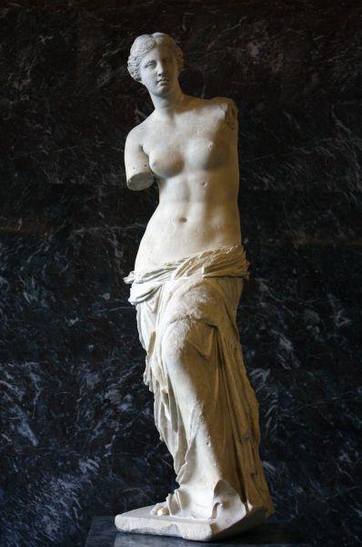 Спустя много веков символом женской красоты стала Венера Милосская. Эта двухметровая статуя была построена примерно между 130 и 100 годами до нашей эры в Древней Греции. Она была найдена на развалинах древнего амфитеатра на острове Милос.