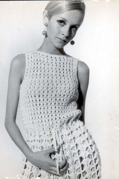 В 60-х в США появился феномен Твигги, супермодели и певицы, весившей 40 килограмм. В моду прочно вошёл образ хрупкой женщины-подростка в мини-юбке.
