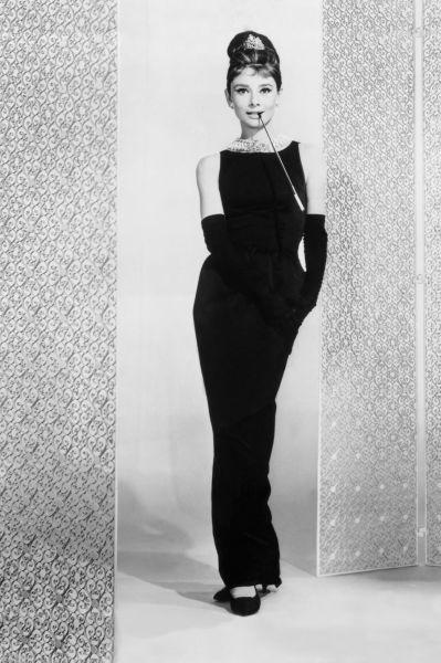 Вместе с Монро на экранах блистала Одри Хепберн – миниатюрная брюнетка весом всего 45 килограммов и талией в 50 сантиметров.