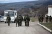 Неизвестные бойцы в полном вооружении до сих пор находятся возле украинской военной базы в Перевальном
