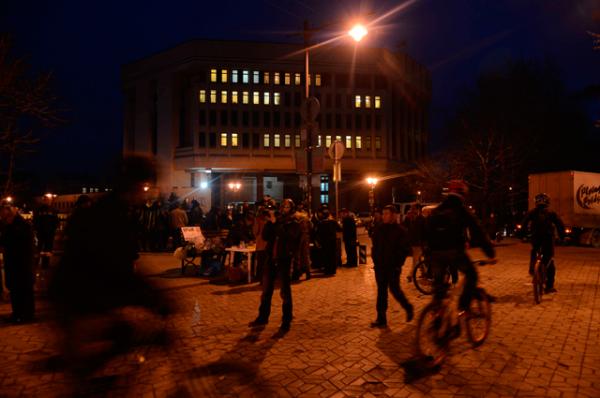 Люди перед зданием Верховной Рады АР Крым в Симферополе