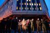 Журналисты проводят интервью перед зданием крымского парламента в Симферополе
