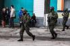 Неизвестные с автоматами и в бронежилетах на улице Карла Маркса у заблокированной бригады береговой охраны в Симферополе
