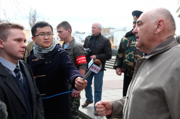 Лидер демонстрантов общается с журналистами перед зданием крымского парламента