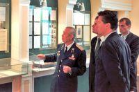 Ровель Кашапов показывает немецким разведчикам экспозицию музея ФСБ